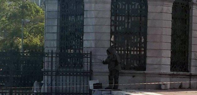 Dolmabahçe'de unutulan klarnet polisi alarma geçirdi