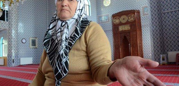 Elinde beliren 'Allah' yazısı herkesi şaşırttı
