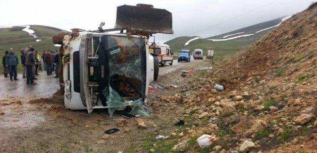 Erzurum'da yolcu minibüsü devrildi: 25 yaralı
