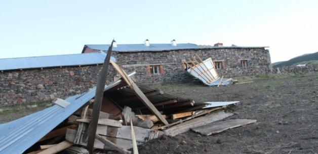 Hortum evlerin çatısını uçurdu