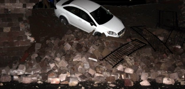İstinat duvarı yıkıldı, otomobil aşağı düştü