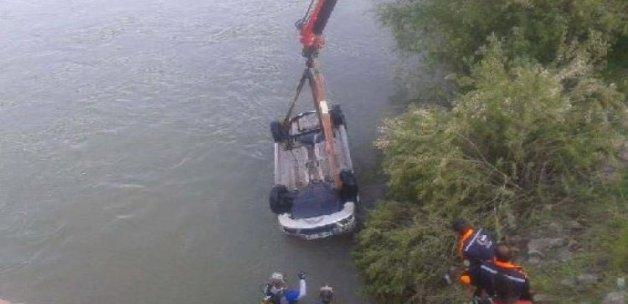 Kızılırmak'a otomobil düştü: 3 ölü