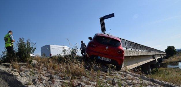 Otomobil köprüde asılı kaldı!