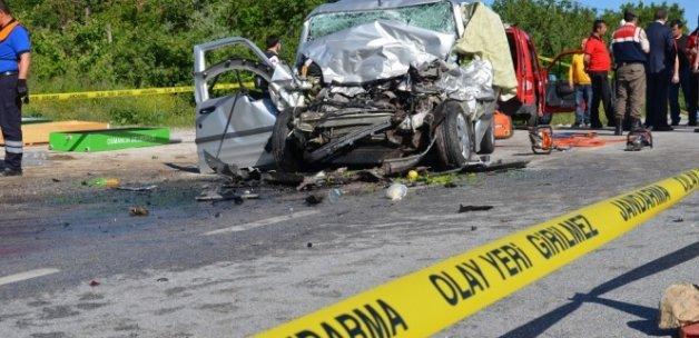 Otomobil, yolcu otobüsüne çarptı: 3 ölü, 2 yaralı