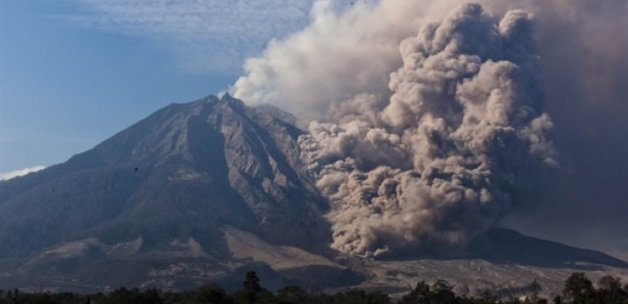 Sinabung Yanardağı üfledi 3 kişi öldü!