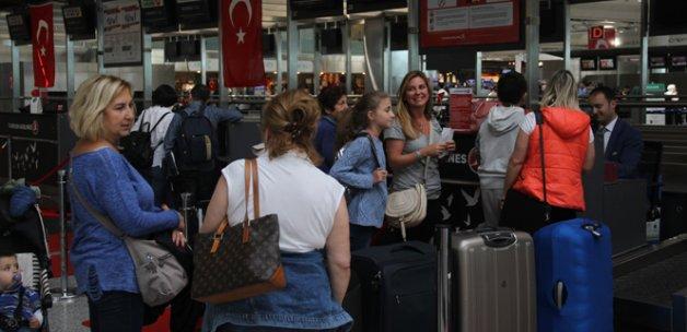Sistem çöktü, yolcular pasaport noktasında kaldı