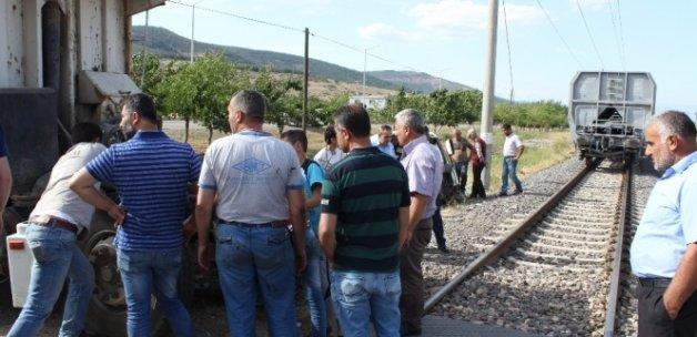 Tren kamyonu biçti, şoförün burnu bile kanamadı