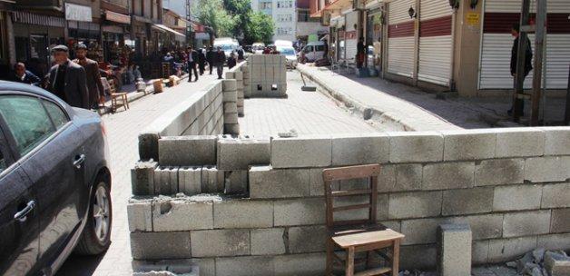 Yola duvar örüp ikiye ayırdı