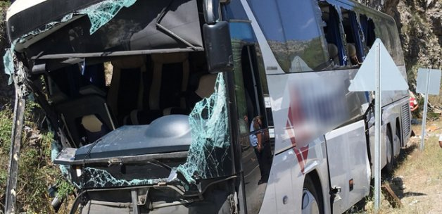Yolcu otobüsü kayalara çarptı: 2 ölü