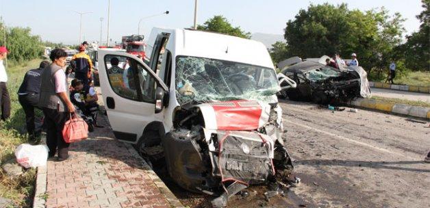Erzincan'da minibüs ile otomobil çarpıştı: 26 yaralı
