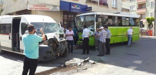 Freni patlayan servis aracı, yolcu midibüsüne çarptı: 20 yaralı