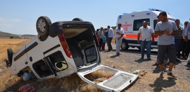 Hafif ticari araç takla attı: 11 yaralı
