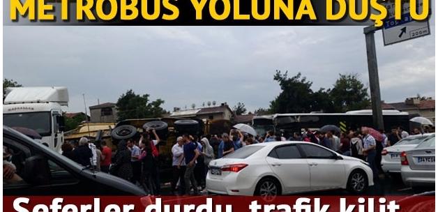 İstanbul'da kamyon metrobüs yoluna girdi, seferler durdu