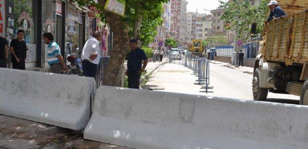 Siirt Emniyet Müdürlüğü caddesi beton bariyerlerle kapatıldı
