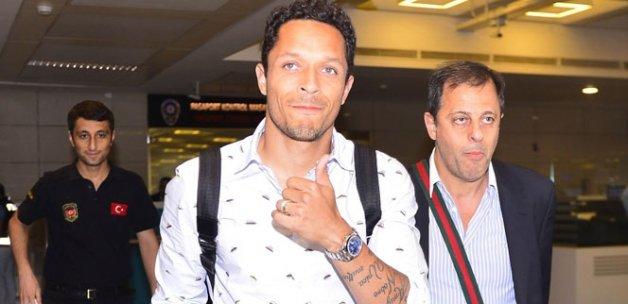 Beşiktaş Adriano ile anlaştı