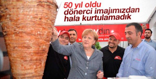 Elini Merkel'in omzuna atan Türk dönerci