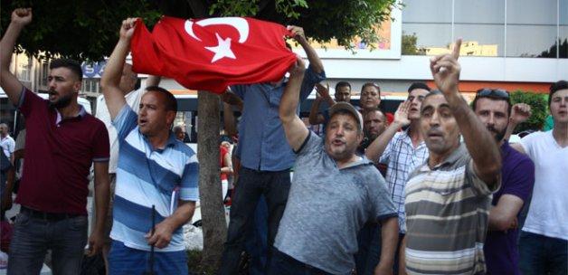 HDP'nin basın açıklamasına Türk bayraklı protesto