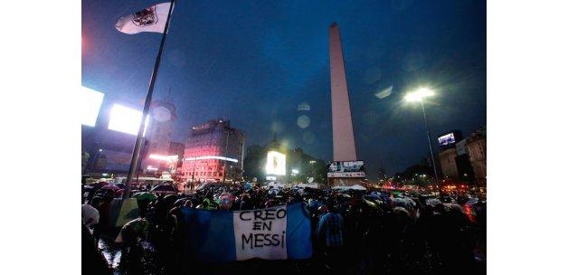 Milli takımı bıraktığını açıklayan Messi için Arjantin sokağa döküldü: Gitme Lio!