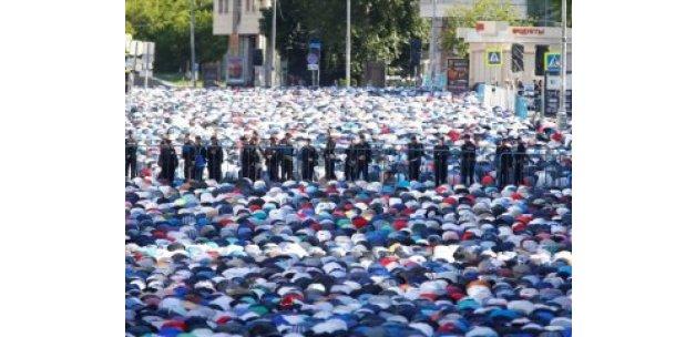 Moskova'da yaşayan Müslümanlar camilere akın etti