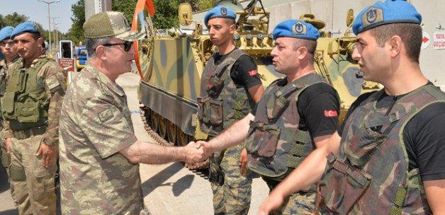 Orgeneral Akar Diyarbakır'da askerlerle bayramlaştı