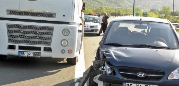 Sakarya'da Tıra Çarpan Kamyon Sürücüsü Yaralandı!