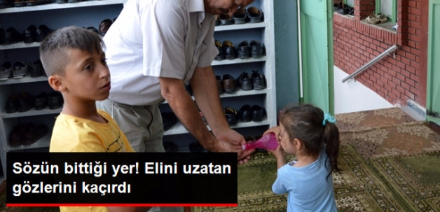 Şehidin 3 Yaşındaki Kızı, Babasının Mevlidinde Gül Suyu Dağıttı