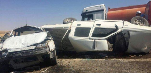 TIR, kamyonete ve otomobile çarptı: 1 ölü, 3 yaralı