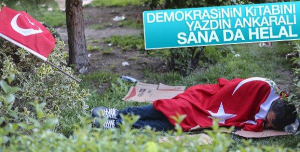 Türk bayrağına sarılıp uyuyan Ankaralı