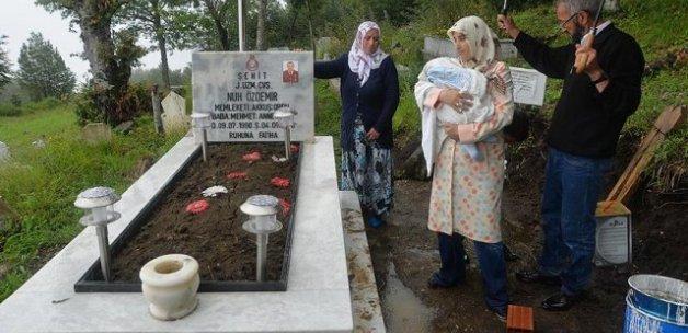 Yeni doğan bebeğiyle şehit eşinin mezarını ziyaret etti