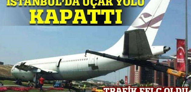 Yeşilköy'de yolda uçak görenler şaşkına döndü
