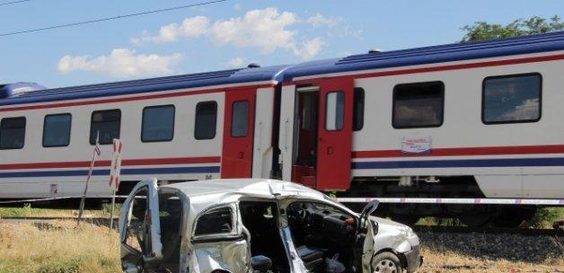 Yük treni hemzemin geçitte hafif ticari araca çarptı: 3 ölü, 5 yaralı