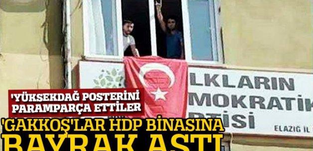 Elazığlı gençler, HDP İl Örgütü binasına Türk bayrağı astı