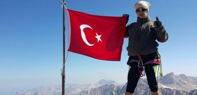Kadın dağcılardan 3 bin 756 metrede demokrasi nöbeti