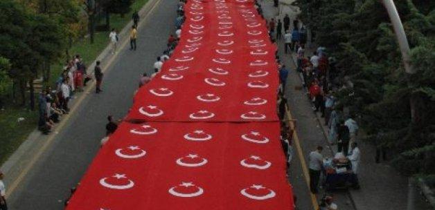 Külliye'den AK Parti binasına dev Türk bayrağı açıldı