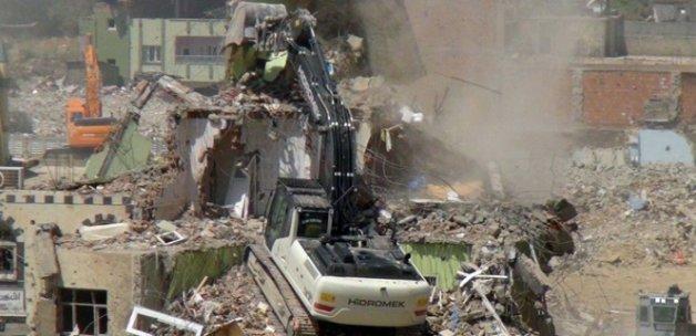 Nusaybin'de hasarlı binaların yıkımına başlandı