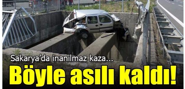 Sakarya'da devrilen hafif ticari araç beton bloklarda asılı kaldı