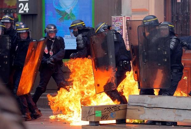 Fransa'da sokaklar savaş alanına döndü.