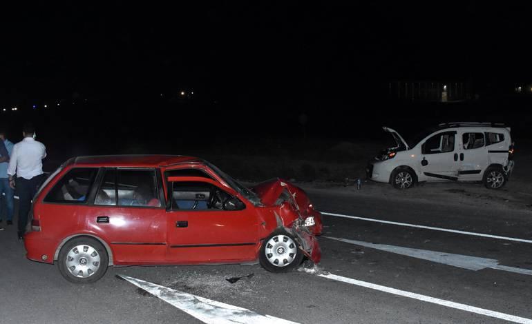 Hafif ticari araç ile otomobil çarpıştı! Çok sayıda yaralı var