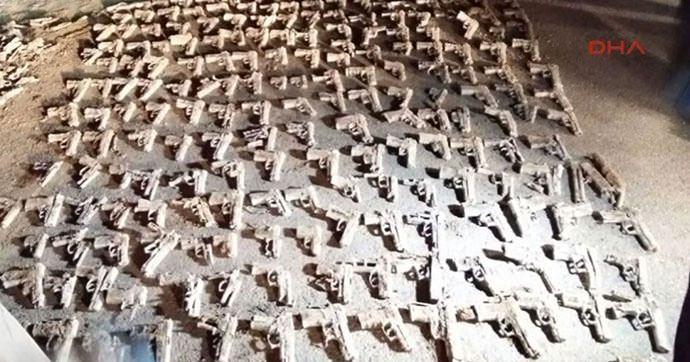 İstanbul'da boş arazide çok sayıda tabanca bulundu