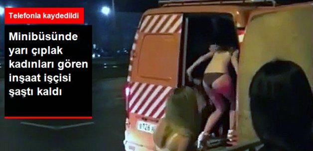 Yarı Çıplak Çakırkeyif Kadınlar Minibüse Doluştular