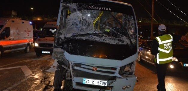 Aşırı hız yapan minibüs 4 araca çarparak dehşet saçtı: 1'i ağır 12 yaralı