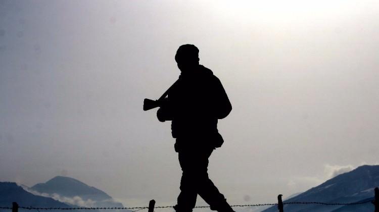 Bir PKK'lı patlayıcı ve kalaşnikofla yakalandı