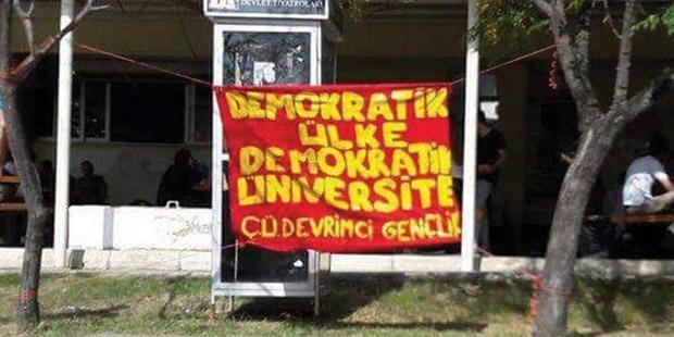 """""""Demokratik üniversite"""" pankartı açan üniversiteli gençler tutuklandı!"""