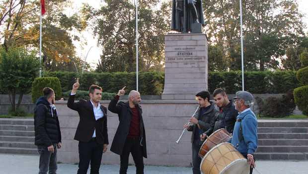 HDP'li başkan gözaltına alınınca davullu zurnalı kutlama yaptılar