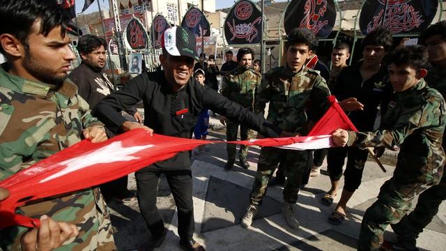 Irak'ta Türk bayrağını yırttılar