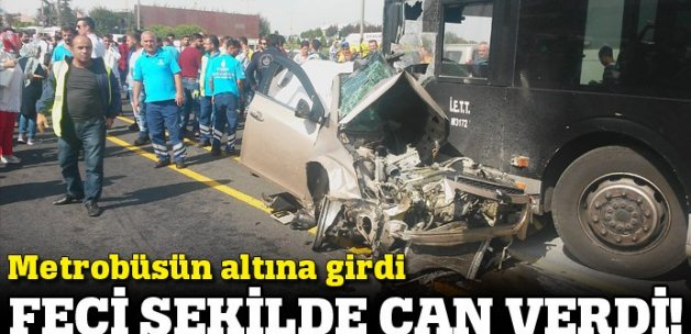 İstanbul'da feci kaza! Araba metrobüsün altına girdi