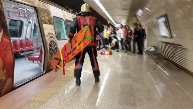 Metroda feci olay! Raylara düştü...