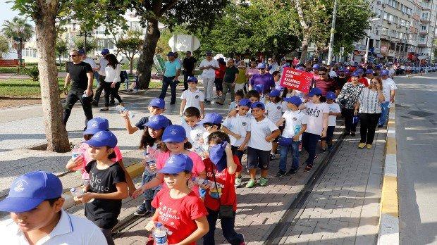 Minik öğrenciler ve sağlık çalışanları sağlık için yürüdü