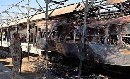 Pakistan'da yolcu treninde bomba patladı