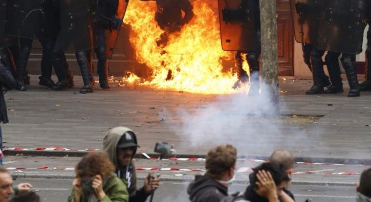Paris'te polise molotofkokteyli ile saldırı